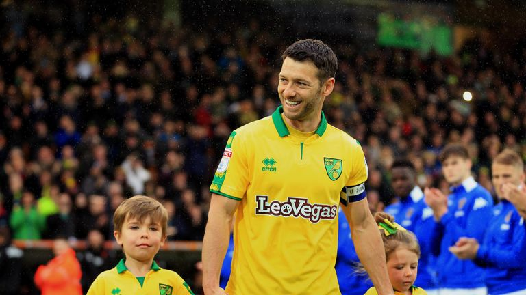 West Brom have signed free agent Wes Hoolahan on a short-term contract