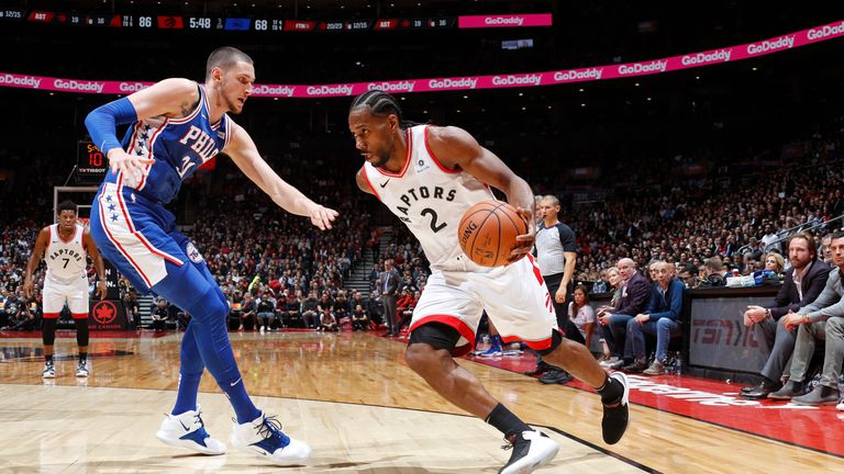 Kawhi Leonard drives to the basket during his winning return to the Raptors' lineup
