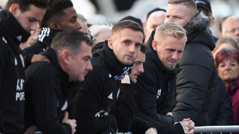 Kasper Schmeichel, Jamie Vardy and Andy King look at the tributes