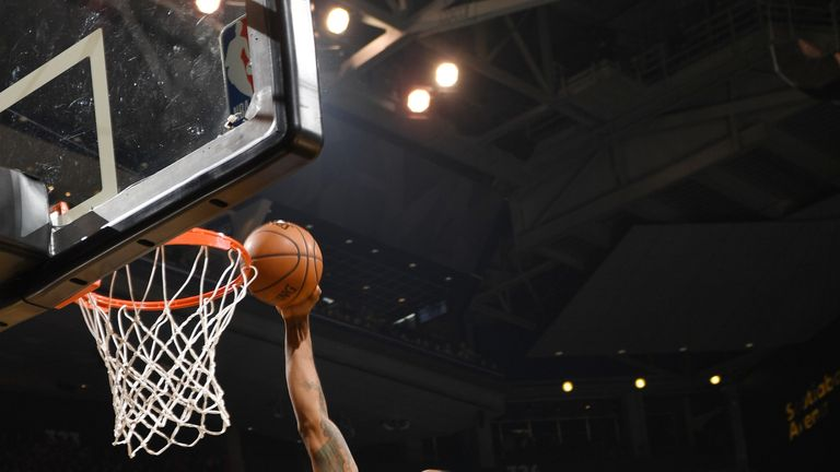 Kawhi Leonard dunks during Toronto's win over Washington