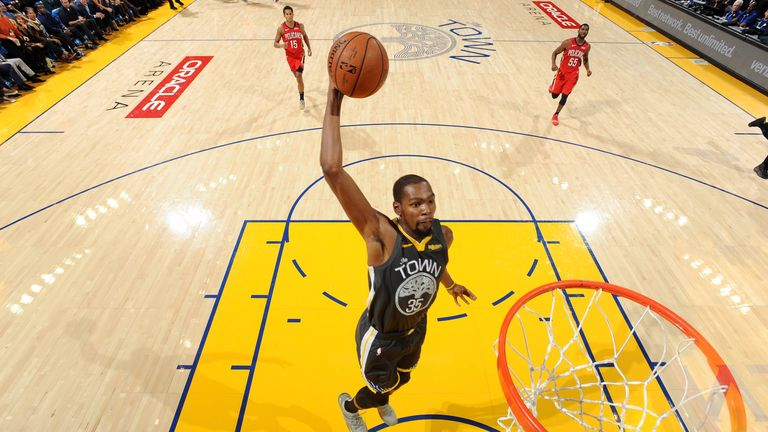 Kevin Durant dunks during Golden State's win over New Orleans