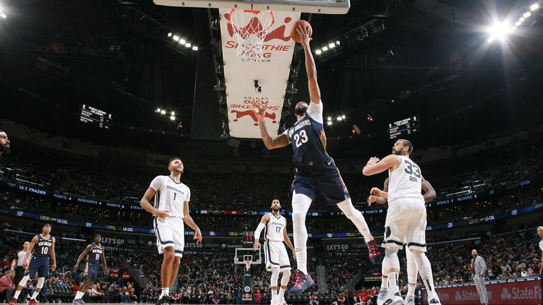 Anthony Davis of the New Orleans Pelicans shoots the ball against the Memphis Grizzlies on December 7, 2018