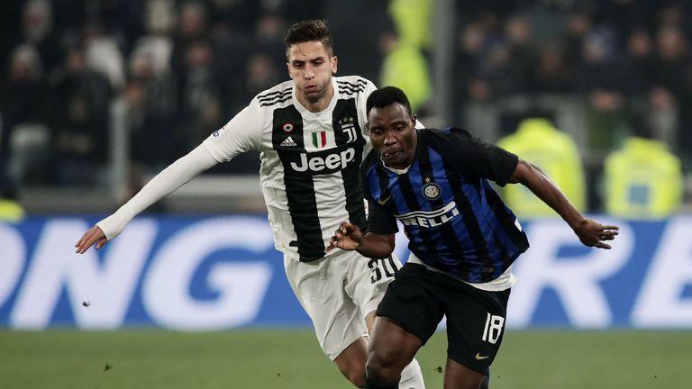 Inter Milan's Kwadwo Asamoah (R) vies for the ball with Juventus' Rodrigo Bentancur