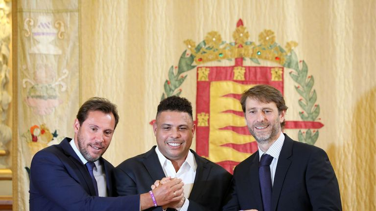 Ronaldo (C) holds a Real Valladolid jersey as he poses with Valladolid mayor Oscar Puente (L) and Real Valladolid president Carlos Suarez