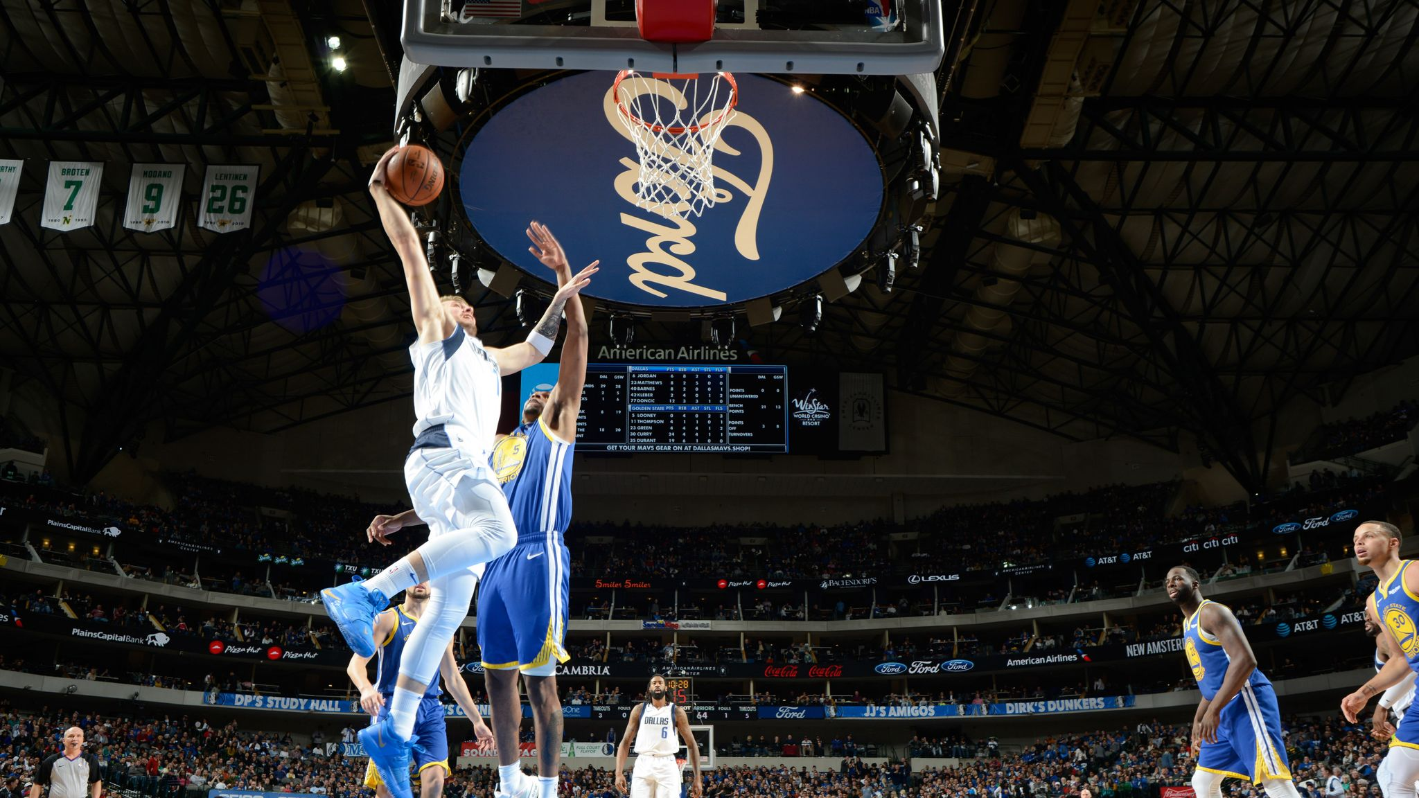 best loved 545c9 6a9cf Luka Doncic soars for emphatic dunk on Kevon Looney in ...