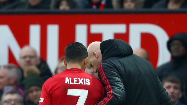 Alexis Sanchez appeared to injure his right hamstring against Reading