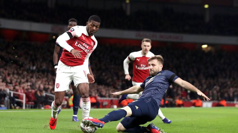 """Arsenal's Ainsley Maitland-Niles (left) and Manchester United's Luke Shaw battle for the ball during the FA Cup, Fourth Round match at the Emirates Stadium, London. PRESS ASSOCIATION Photo. Picture date: Friday January 25, 2019. See PA story SOCCER Arsenal. Photo credit should read: John Walton/PA Wire. RESTRICTIONS: EDITORIAL USE ONLY No use with unauthorised audio, video, data, fixture lists, club/league logos or """"live"""" services. Online in-match use limited to 120 images, no video emulation. No use in betting, games or single club/league/player publications."""