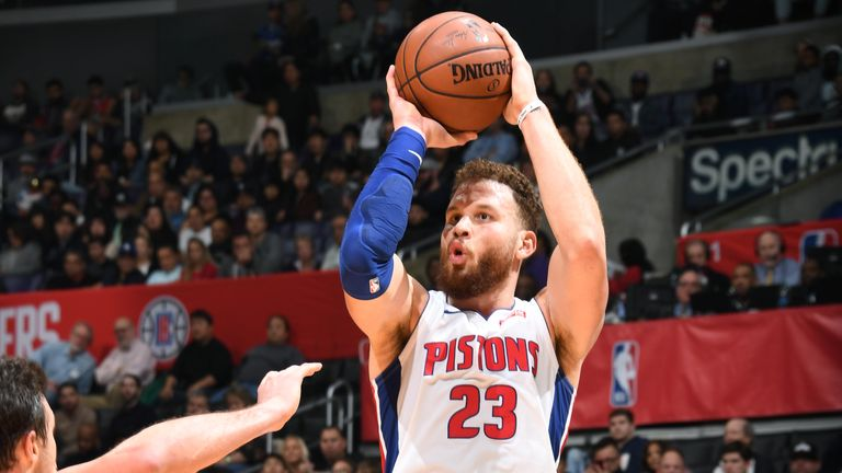 Blake Griffin shoots the ball against the LA Clippers