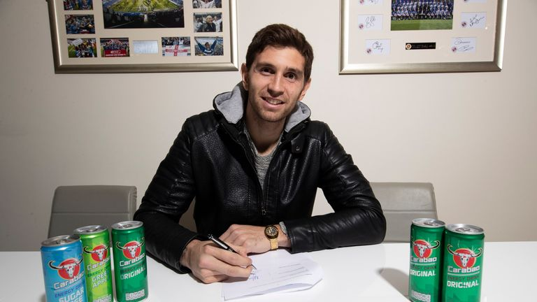 Emiliano Martinez puts pen to paper on his Reading loan move (credit: Reading FC)