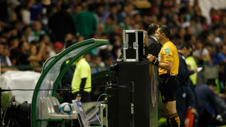 LEON, MEXICO - FEBRUARY 02: Diego Montano referee of the match watch the VAR during the fifth round match Leon and Cruz Azul as part of the Torneo Clausura 2019 Liga MX at Leon Stadium on February 2, 2019 in Leon, Mexico. (Photo by Leopoldo Smith/Getty Images)