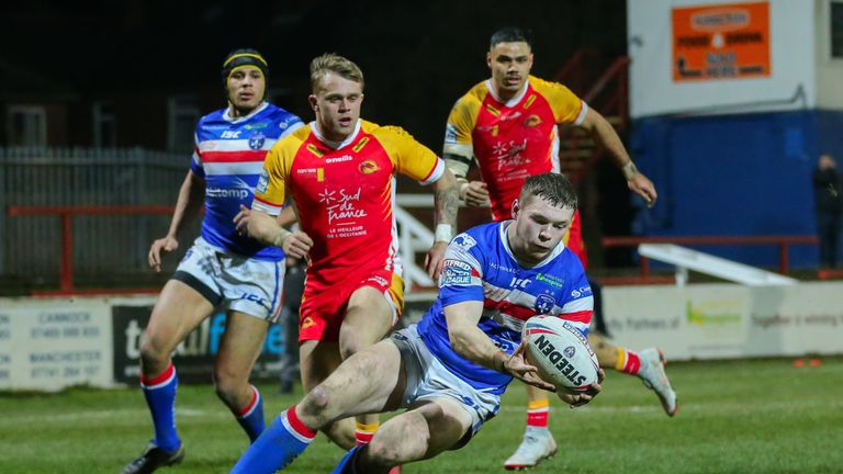 James Batchelor scores as Wakefield extend their lead in the first half