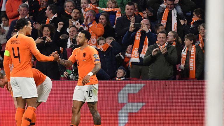 Memphis Depay celebrates his goal with Virgil van Dijk