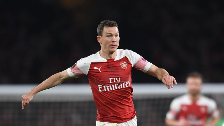 Ex-Arsenal full-back Stephan Lichtsteiner has signed a one-year deal at Augsburg