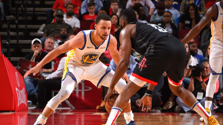 Stephen Curry faces up James Harden
