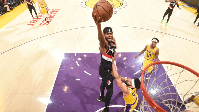 Mo Harkless shoots over the Lakers defenders