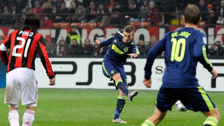 MILAN, ITALY - DECEMBER 08 2010:  Toby Alderweireld scores the second goal during the UEFA Champions League Group G match between AC Milan and AFC Ajax at Stadio Giuseppe Meazza on December 8, 2010 in Milan, Italy.  (Photo by Claudio Villa/Getty Images)