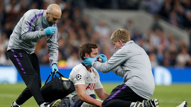 Jan Vertonghen receives treatment