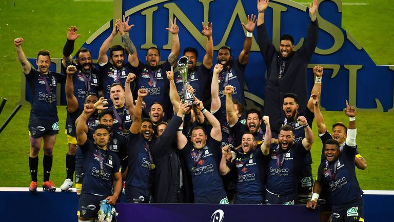 Clermont Auvergne celebrate with the Challenge Cup after beating La Rochelle