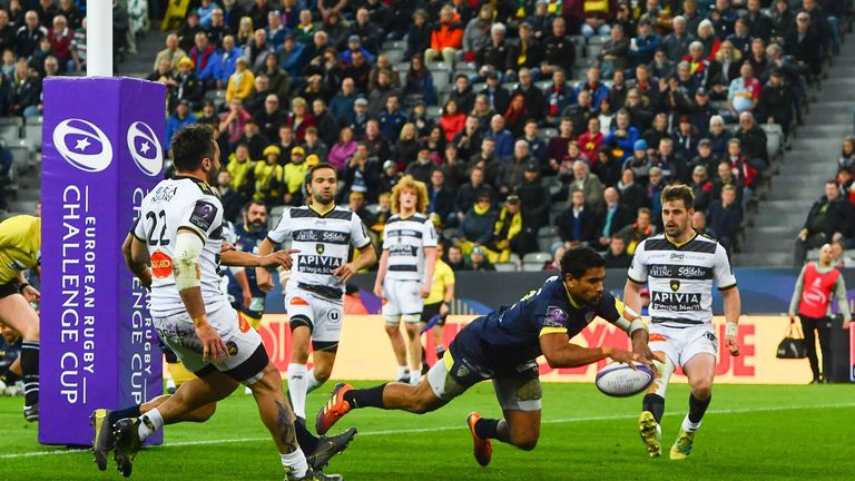 Wesley Fofana dives over for Clermont inside the final 10 minutes to confirm victory