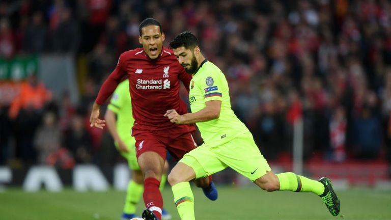 Virgil van Dijk closes down Luis Suarez