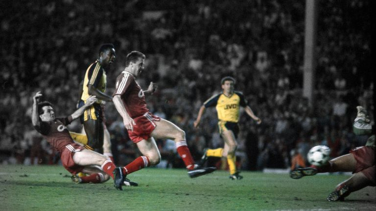 Michael Thomas avoids the challenge of Ray Houghton to score Arsenal's last minute title-winning goal