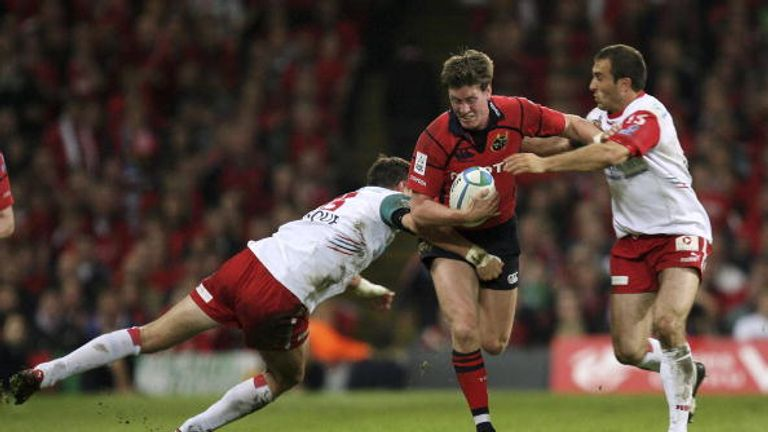 Ronan O'Gara attacks for Munster during their victory over Biarritz