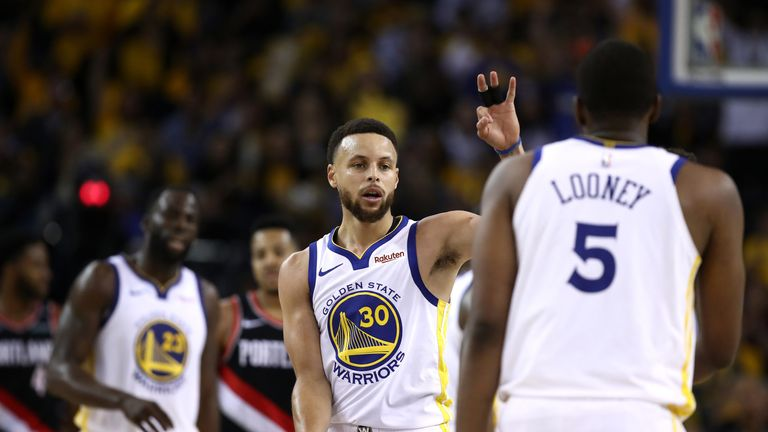 Stephen Curry high-fives Warriors reserve Kevon Looney