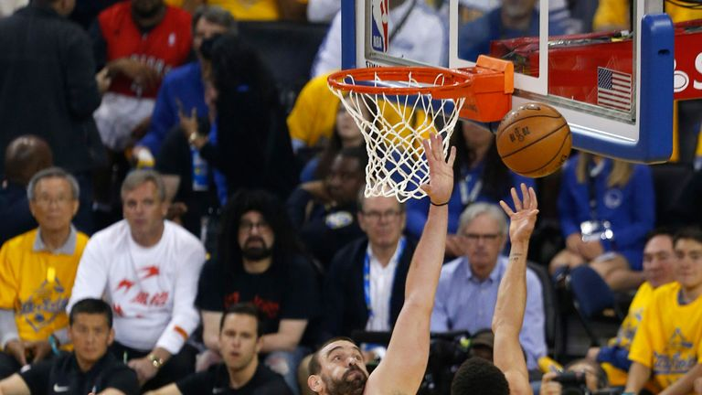 Stephen Curry lofts a lay-up over Marc Gasol in Game 6