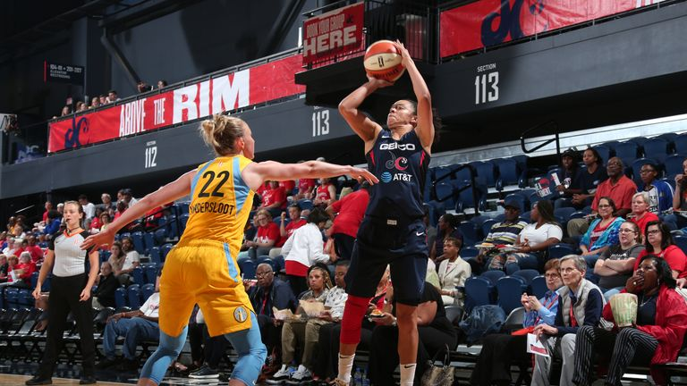 Kristi Toliver spots up against the Chicago Sky