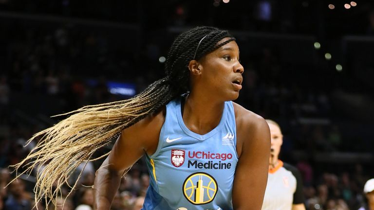 Jantel Lavender prepares to pass for the Chicago Sky