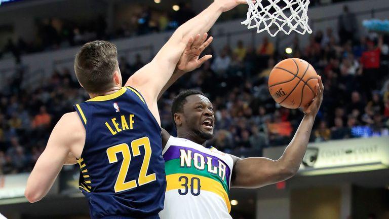 Julius Randle powers his way to the hoop