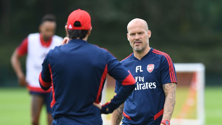 Freddie Ljungberg speaks to Unai Emery on the training pitch