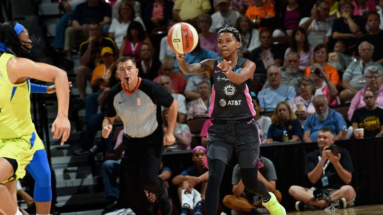 Courtney Williams dishes a pass against the Dallas Wings