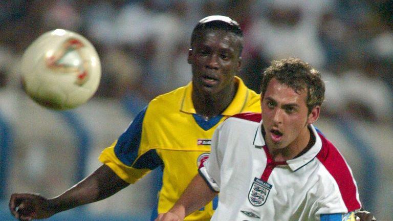 Le capitaine anglais Michael Chopra (à droite) en duel avec le Colombien Victor Montano (à gauche) lors de leur match du groupe D du Championnat du monde junior de la FIFA à Dubaï