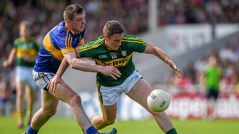 Kennedy in action against Stephen O'Brien during the 2015 Munster Championship