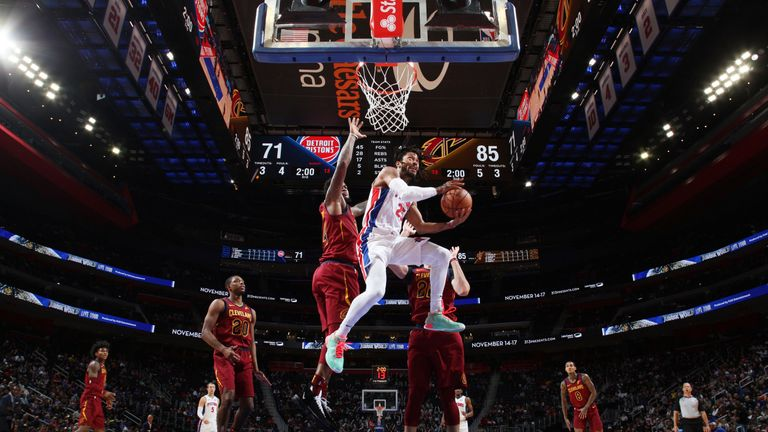 Derrick Rose soars to the basket against the Cleveland Cavaliers
