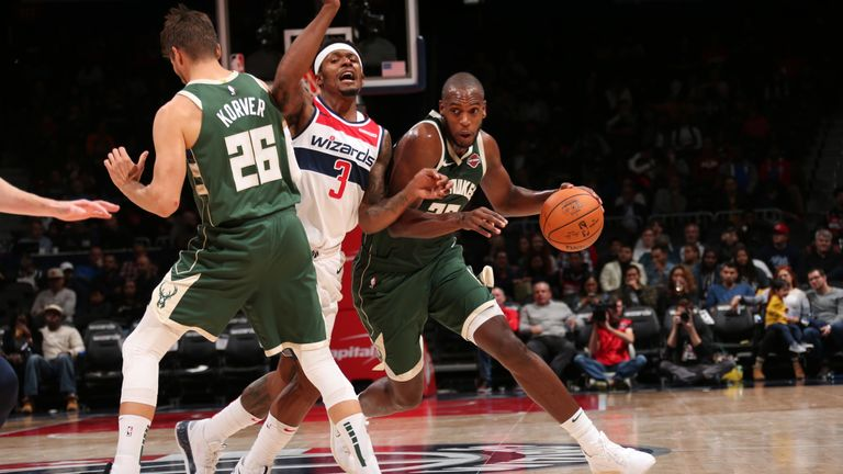 Khris Middleton uses Kyle Korver's pick to beat Bradley Beal