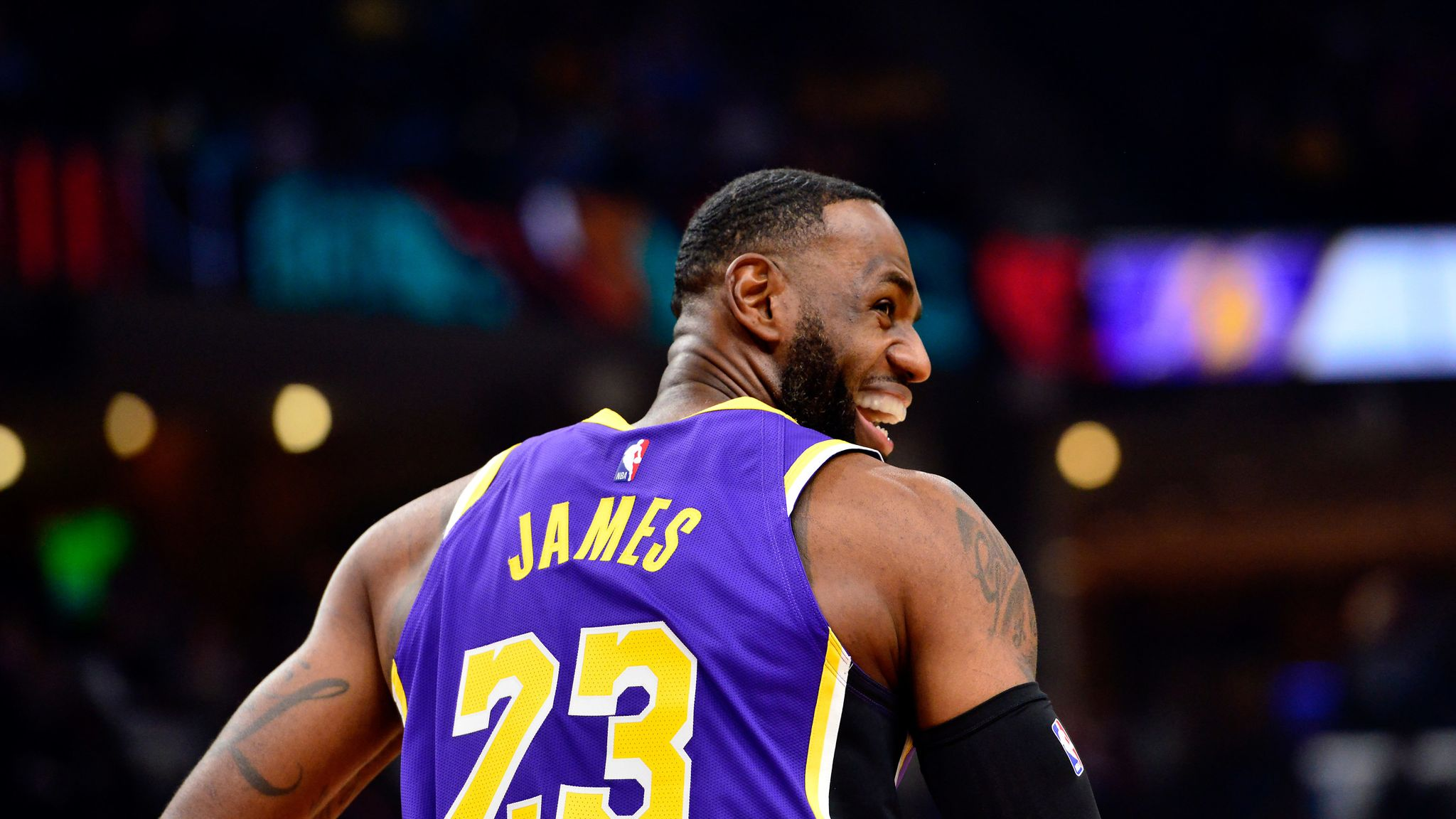 LeBron James scores 30 points as Lakers edge Grizzlies for seventh straight win