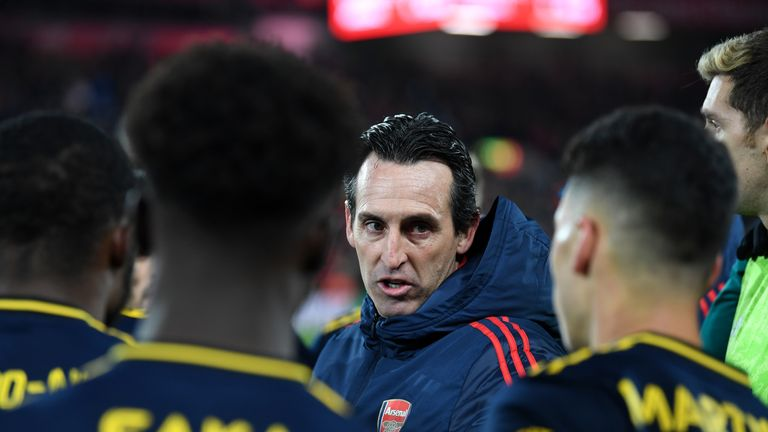 Unai Emery gives instructions to his players