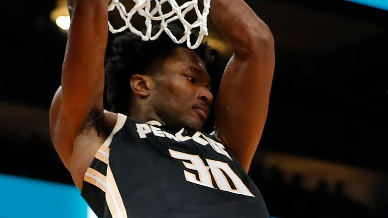 Damian Jones se sumerge contra los Golden State Warriors