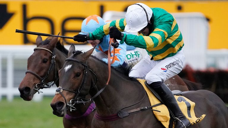 Defi Du Seuil and Un De Sceaux battle at Sandown