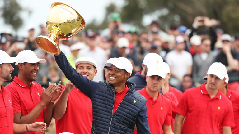Tiger Woods lifts the Presidents Cup trophy