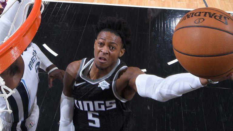 De'Aaron Fox attacks the basket against the Memphis Grizzlies