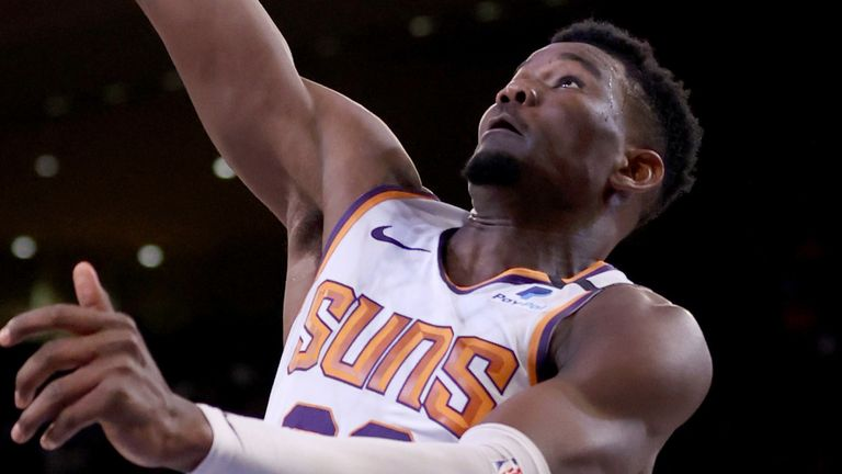 DeAndre Ayton scores with a lay-up against the Knicks