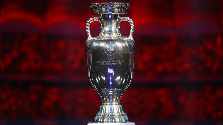 Le trophée du Championnat d'Europe - qui le lèvera en juillet?