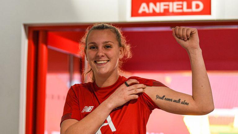 Rylee Foster, quien tiene tatuado 'Nunca caminarás solo' tatuado en su brazo, firmó con Liverpool el día de la fecha límite