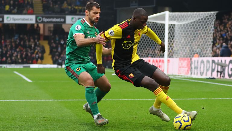 Jonny Otto battles for possession with Abdoulaye Doucoure