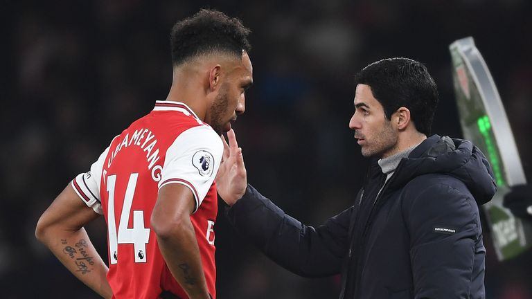 Mikel Arteta issues instructions to Pierre-Emerick Aubameyang
