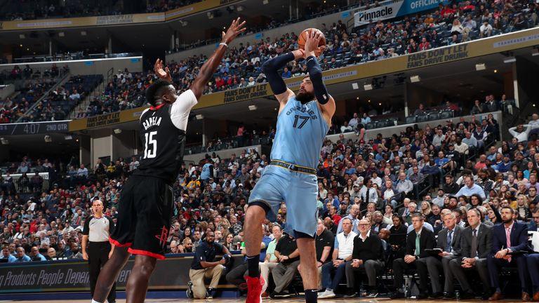 Jonas Valanciunas # 17 de los Memphis Grizzlies dispara el balón contra los Houston Rockets el 14 de enero de 2020 en el FedExForum en Memphis, Tennessee.