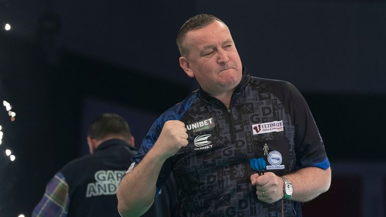 Glen Durrant beat Gary Anderson to go top of the Premier League